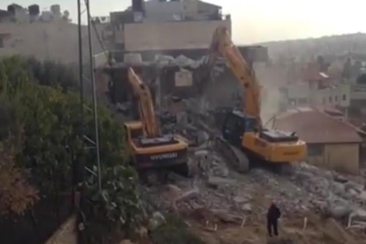 On Wednesday, Israeli bulldozers demolished a 2-storey building belonging to the family of Thalji Soliman in Beit Hanina neighborhood in the center of occupied Jerusalem under the pretext of building without a license.